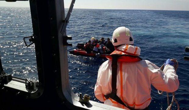 Rescatan a 121 personas que viajaban en cuatro pateras en el mar de Alborán