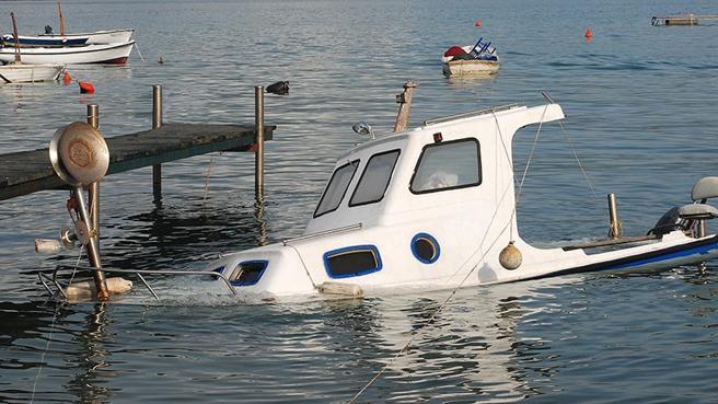 Si el seguro incluye la remoción de restos, la aseguradora se hará cargo de los gastos de reflotar el barco hundido hasta los límites fijados en la póliza. En caso contrario, el propitario deberá asumir los costes. (Shutterstock)