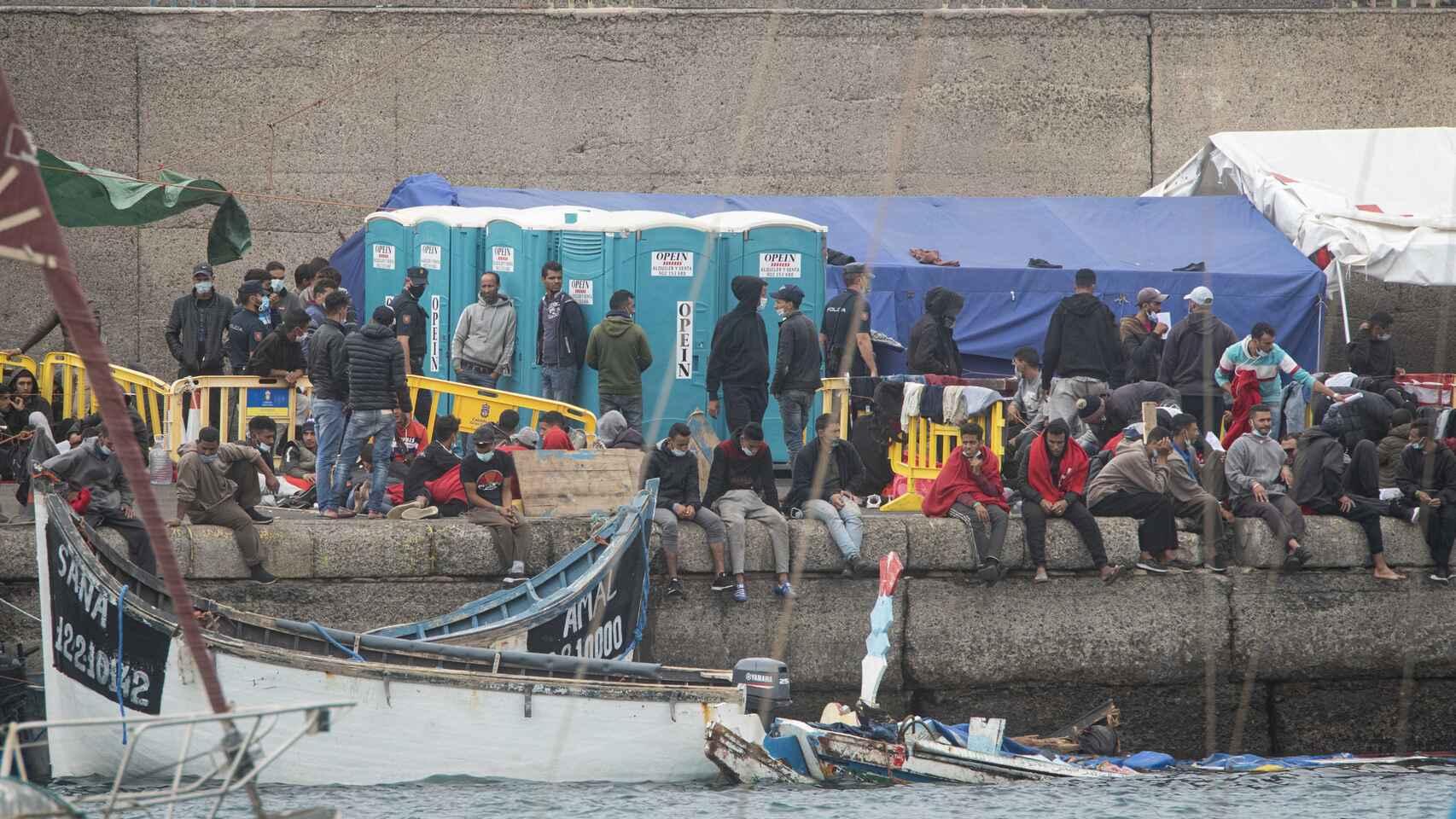 Grupo de inmigrantes esperan en el muelle de Arguineguín a su traslado a otro punto de Gran Canaria, este pasado viernes.